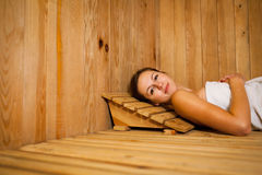 Donna che si distende in una sauna Fotografia Stock Libera da Diritti