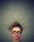 Donna che si domanda, fantasticare di pensiero con il cervello che si fonde nelle linee cercare dei punti interrogativi Fotografia Stock