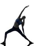 Donna che si esercita allungando yoga di posa del triangolo Immagine Stock