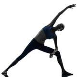 Donna che si esercita allungando yoga di posa del triangolo Fotografie Stock