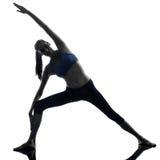 Donna che si esercita allungando yoga di posa del triangolo Fotografia Stock Libera da Diritti