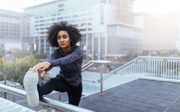 Donna che si esercita in attrezzatura pareggiante Fotografia Stock Libera da Diritti