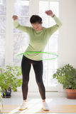 Donna che si esercita con il cerchio di hula Fotografia Stock Libera da Diritti