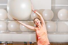 Donna che si esercita con il fitball Fotografia Stock Libera da Diritti