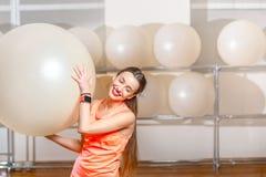 Donna che si esercita con il fitball Fotografia Stock