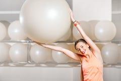 Donna che si esercita con il fitball Fotografie Stock