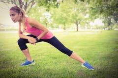 Donna che si esercita con l'allungamento della gamba Fotografia Stock