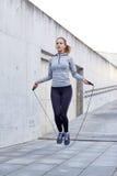 Donna che si esercita con la salto-corda all'aperto Fotografia Stock Libera da Diritti