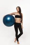 Donna che si esercita con la sfera di forma fisica Fotografia Stock
