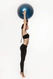 Donna che si esercita con la sfera di forma fisica Immagine Stock
