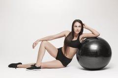 Donna che si esercita con la sfera di forma fisica Immagine Stock Libera da Diritti