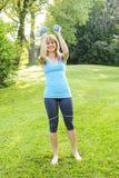 Donna che si esercita con le teste di legno Fotografia Stock