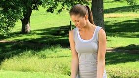 Donna che si esercita con le teste di legno all'aperto archivi video