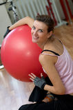 Donna che si esercita con una sfera di esercitazione di Pilates Fotografia Stock