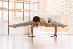 Donna che si esercita di yoga sul pavimento Immagini Stock Libere da Diritti