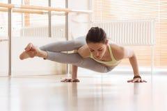 Donna che si esercita di yoga sul pavimento Immagine Stock