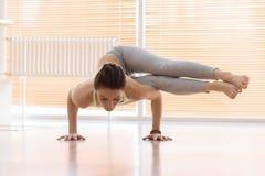 Donna che si esercita di yoga sul pavimento Fotografia Stock Libera da Diritti