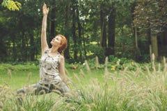 Donna che si esercita durante le classi all'aperto Fotografia Stock
