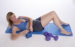 Donna che si esercita facendo uso di una bollitore-campana Fotografia Stock Libera da Diritti