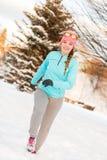 Donna che si esercita fra la neve ed il ghiaccio Fotografia Stock Libera da Diritti