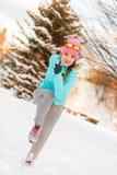 Donna che si esercita fra la neve ed il ghiaccio Immagini Stock Libere da Diritti