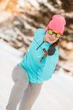 Donna che si esercita fra la neve ed il ghiaccio Fotografia Stock