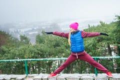 Donna che si esercita fuori durante l'autunno Fotografia Stock Libera da Diritti