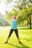 Donna che si esercita nel parco Fotografie Stock