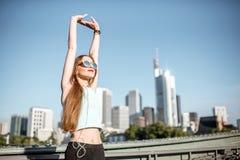Donna che si esercita nella città di Francoforte Immagini Stock