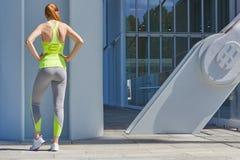 Donna che si esercita, sport all'aperto alla luce solare della città Immagine Stock Libera da Diritti