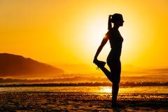 Donna che si esercita sulla bella mattina Fotografia Stock Libera da Diritti
