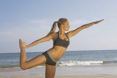 Donna che si esercita sulla spiaggia Fotografia Stock Libera da Diritti