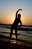 Donna che si esercita sulla spiaggia Fotografie Stock Libere da Diritti