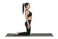 Donna che si esercita sulla stuoia di yoga Isolato su bianco Fotografie Stock Libere da Diritti