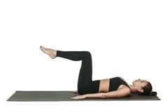 Donna che si esercita sulla stuoia di yoga Isolato su bianco Immagine Stock Libera da Diritti