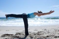 Donna che si esercita in Yogo alla spiaggia Immagine Stock Libera da Diritti