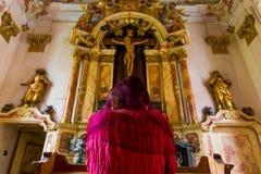 Donna che si inginocchia pregando religione Jesus Dramatic dell'altare Fotografia Stock