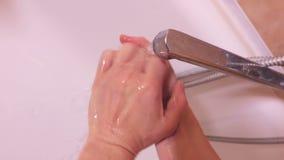 Donna che si lava le sue mani stock footage