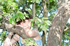 Donna che si leva in piedi alla mela Immagini Stock