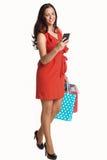 Donna che si leva in piedi con i sacchetti di acquisto Fotografia Stock