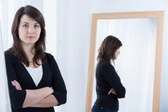 Donna che si leva in piedi con le braccia attraversate Fotografie Stock