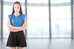 Donna che si leva in piedi con le braccia attraversate Immagini Stock
