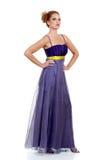Donna che si leva in piedi portante un vestito viola dal merletto Fotografie Stock Libere da Diritti