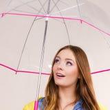 Donna che si leva in piedi sotto l'ombrello Fotografia Stock