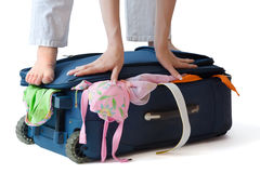Donna che si leva in piedi su una valigia Fotografia Stock