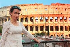 Donna che si leva in piedi sul ponticello vicino a Colosseum Fotografia Stock Libera da Diritti