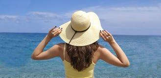 Donna che si leva in piedi sulla spiaggia Immagini Stock Libere da Diritti