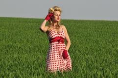 Donna che si leva in piedi in un campo Immagini Stock