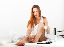 Donna che si preoccupa per le dita del piede Fotografie Stock