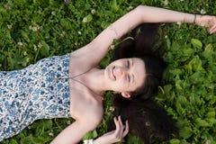 Donna che si rilassa all'aperto sul campo di erba Immagine Stock Libera da Diritti